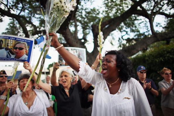Berta Soler, cofundadora de las damas de blanco y actual líder del grupo opositor cubano lleva una alegría como visita con exiliados cubanos durante un evento en el Parque Merrick en Coral Gables, Florida. (Foto por Joe Raedle/Getty Images)