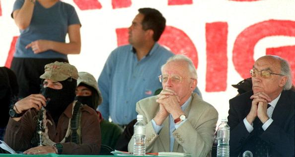 Subcomandante Marcos (izquierda) acompañado por el sociólogo francés Alain Touraine (centro) y el escritor portugués José Saramago durante una reunión entre los intelectuales y los zapatistas 12 marzo de 2001 en la Ciudad de México. (ALFREDO ESTRELLA/AFP/Getty Images)