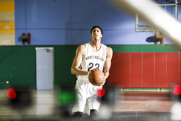De Nueva Orleans Pelicans, Anthony Davis, el pivote en Nueva Orleans, Louisiana. (Foto por Skip Bolen/Getty Images para American Express)