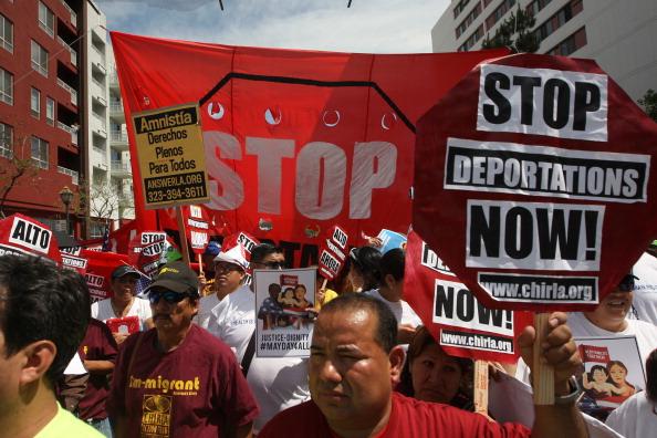 Manifestantes piden reforma migratoria y el fin de las deportaciones de residentes indocumentados. (Foto de David McNew/Getty Images)