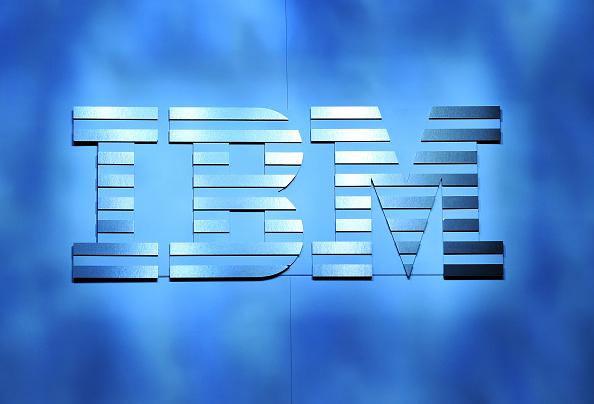 Un logotipo de IBM aparece en el escenario durante su discurso por IBM, Presidente y CEO de Ginni Rometty en 2016 de CES en el Venetian de Las Vegas en 06 de enero de 2016 en Las Vegas, Nevada. (Foto por Ethan Miller/Getty Images)