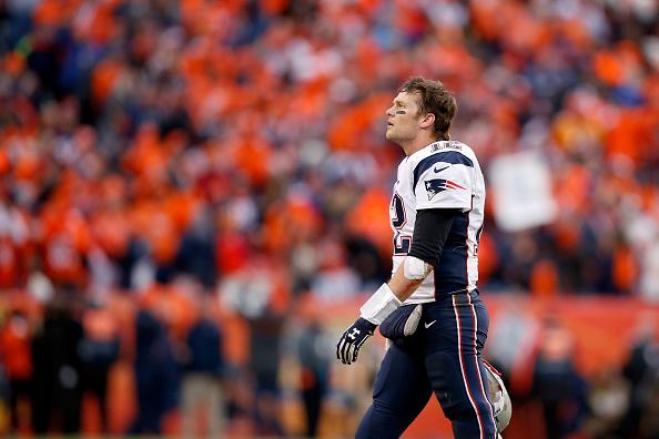 Tom Brady #12 fue recibido con tremendo abucheo en una gala previa al Super Bowl 50(Foto de Ezra Shaw/Getty Images)