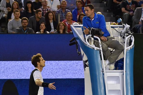 Andy Murray de Gran Bretaña habla con el árbitro durante individuales semifinal. Federación Internacional de Tenis suspende a dos árbitros por corrupción (crédito de foto debe leer PAUL CROCK/AFP/Getty Images)