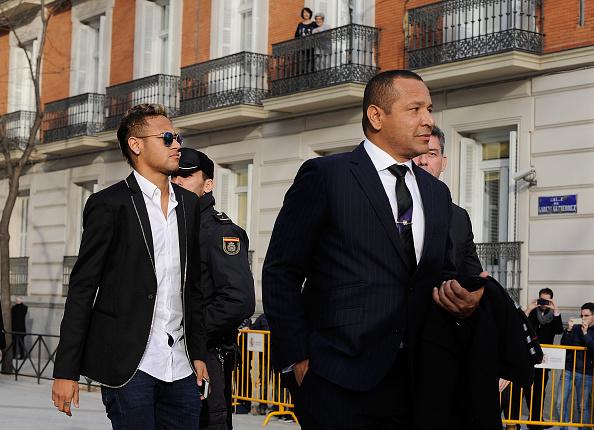 Neymar de FC Barcelona llega a la audiencia nacional acompañado de su padre, Neymar da Silva Santos en 02 de febrero de 2016 en Madrid, España. Neymar fue citado a declarar ante un tribunal por acusaciones de corrupción y fraude que rodean a su transferencia al FC Barcelona. (Foto de Denis Doyle/Getty Images)