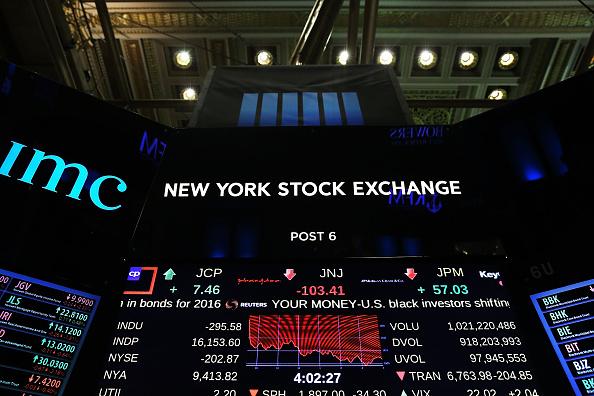 Tablero electrónico en el piso de la bolsa de Nueva York (NYSE) muestra los movimientos de las acciones, 02 de febrero de 2016 en la ciudad de Nueva York. El promedio industrial Dow Jones cayó casi 300 puntos hoy renovados temores sobre la salud de la economía mundial y otra caída en el precio del petróleo. (Foto de Spencer Platt/Getty Images)