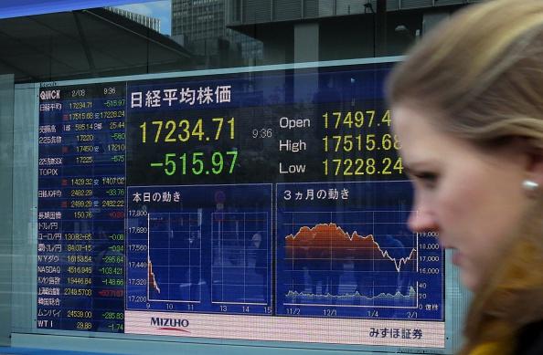 Una tabla de precios de acciones muestra números de la bolsa de Tokio en Tokio en 03 de febrero de 2016. Las acciones de Tokio bajaron casi un tres por ciento en el comercio temprano el 3 de febrero, como un yen más fuerte tomó un bocado de exportadores y después de que los mercados accionarios globales cayeron en otra caída en los precios de crudo. (crédito de foto debe leer KAZUHIRO NOGI/AFP/Getty Images)