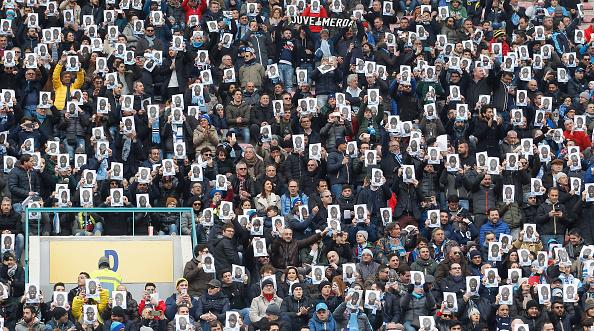 Seguidores del Napoli durante el partido de Serie A entre Napoli SSC y Carpi FC en el estadio San Paolo en 07 de febrero de 2016 en Nápoles, Italia. Piden la alineación de un jugador recién contratado (Foto por Maurizio Lagana/Getty Images)
