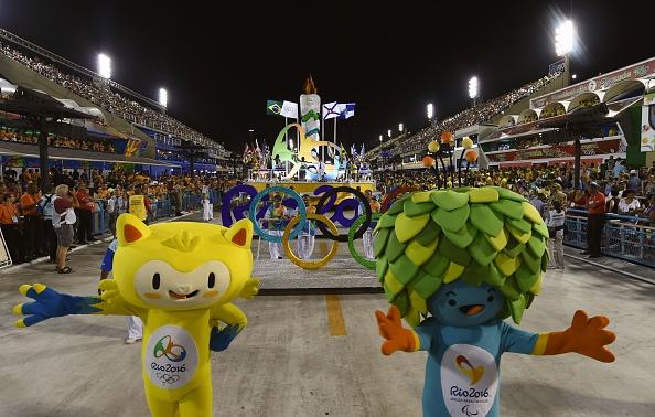 Las mascotas de los Juegos Olímpicos de Río 2016, Vinicius (L) y de los Juegos Paralímpicos, Tom (R), llevar a cabo durante la ceremonia de apertura el primer día de desfiles en el Sambódromo de Río de Janeiro, Brasil el 07 de febrero de 2016.  (crédito de foto debe leer VANDERLEI ALMEIDA/AFP/Getty Images)