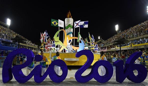 Un signo de los Olímpicos de 2016 Rio se ve delante de bailarines durante la ceremonia de apertura el primer día de desfiles en el Sambódromo de Río de Janeiro, Brasil el 07 de febrero de 2016. (crédito de foto debe leer VANDERLEI ALMEIDA/AFP/Getty Images)