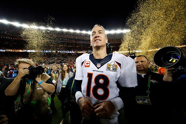 Peyton Manning #18 de los Broncos de Denver celebra tras vencer a las panteras de Carolina durante el Super Bowl 50 en el estadio de Levi en 07 de febrero de 2016 en Santa Clara, California. Los Broncos derrotaron a los Panthers 24-10. (Foto de Ezra Shaw/Getty Images)