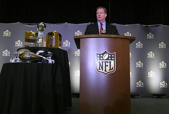 Comisionado de la NFL Roger Goodell dirige a los medios de comunicación durante el Super Bowl 50 MVP de trofeos en el Moscone Center West en 08 de febrero de 2016 en San Francisco, California. Von Miller #58 de los Broncos fue el MVP de los juegos. (Foto por Thearon W. Henderson/Getty Images)