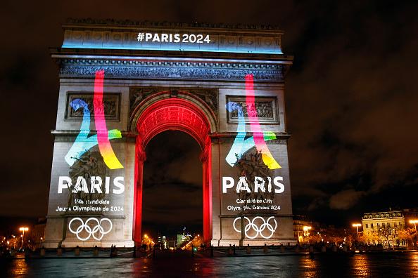 El logo de la candidatura de París 2024 se proyecta en el arco del triunfo en 09 de febrero de 2016 en París, Francia. La ciudad de París es un candidato para los Juegos Olímpicos de 2024 junto con Roma, Budapest y Los Ángeles. (Foto de Chesnot/Getty Images)