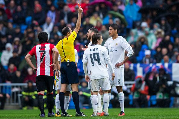 Árbitro Alfonso Javier Álvarez Izquierdo (2ndL) muestra la tarjeta roja a Raphael Varane (R) durante el partido de La Liga entre el Real Madrid CF y el Athletic Club en el Estadio Santiago Bernabeu en 13 de febrero de 2016 en Madrid, España. (Foto por Gonzalo Arroyo Moreno/Getty Images)