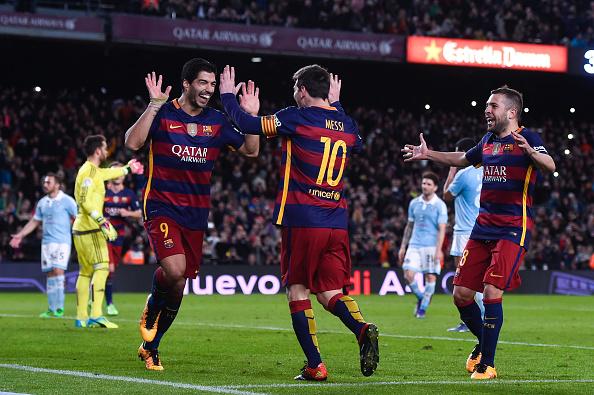 (L-R) Luis Suarez del FC Barcelona celebra con su compañero de equipo Lionel Messi del FC Barcelona después de anotar el cuarto gol de su equipo de la pena de punto durante La Liga partido entre FC Barcelona y Celta de Vigo en el Camp Nou el 14 de febrero de 2016 en Barcelona, España. (Foto de David Ramos/Getty Images)