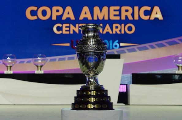 El trofeo del campeonato Copa América Centenario 2016 la foto al final del sorteo oficial en el Hammerstein Ballroom en Nueva York el 21 de febrero de 2016. La Copa América Centenario, un evento de verano de fútbol única en la vida, que rinde homenaje a 100 años del torneo Copa América, se llevará a cabo en los Estados Unidos desde el 3-26 de junio de 2016. / AFP / Mladen ANTONOV (crédito de foto debe leer MLADEN ANTONOV/AFP/Getty Images)