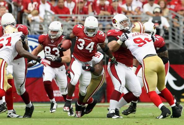Los cardenales de Arizona acomete el fútbol contra San Francisco durante el juego de la NFL. La última ocasión en que se disputó un partido de temporada regular de NFL fue en 2005, en ese partido se enfrentaron San Francisco y Arizona. (Foto por Christian Petersen/Getty Images)