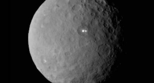 Imagen de Ceres tomada por la nave espacial Dawn de la NASA, el 19 de febrero, desde una distancia de casi 29.000 millas (46.000 kilómetros). Esto demuestra que el punto más brillante en Ceres tiene un compañero, que al parecer se encuentra en la misma cuenca. (NASA / JPL-Caltech / UCLA / MPS / DLR / IDA)