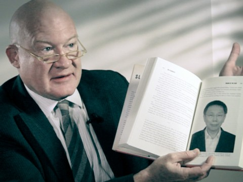 """Ethan Gutmann sostiene una copia de su libro """"El Matadero"""". (Cortesía de Ethan Gutmann)"""
