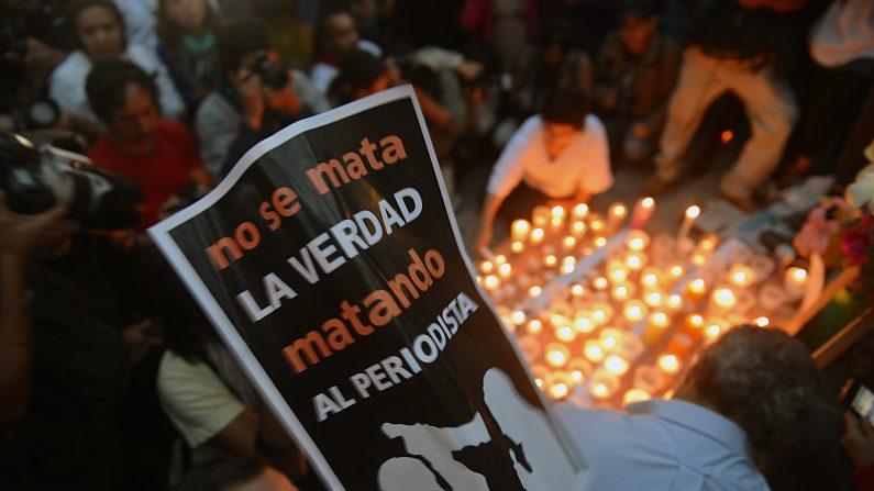 Archivo. Colegas, familiares y amigos de periodistas asesinados colocan velas y fotos en un altar erigido en el monumento Ángel de la Independencia en la Ciudad de México el 5 de mayo de 2012 durante una vigilia para protestar contra la violencia hacia la prensa (YURI CORTEZ / AFP / Getty Images)