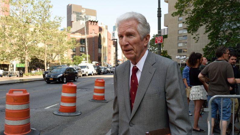 De oficio de mediador para el caso de impago de la deuda Argentina, Daniel Pollack, fuera del palacio de justicia Federales 29 de mayo de, 2015, en Nueva York (Photo credit should read DON EMMERT / AFP / Getty Images)
