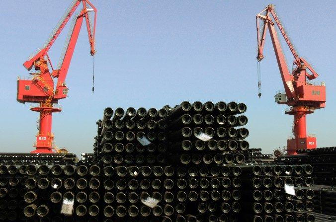 Tubos de acero en un puerto de Lianyungang, en la provincia oriental china de Jiangsu, son cargados para la exportación el 01 de diciembre del 2015. (STR / AFP / Getty Images)