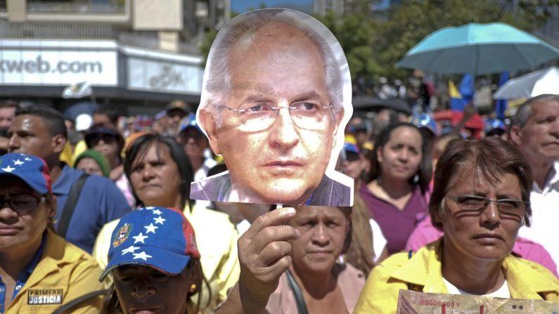 Partidarios de la oposición sostienen una foto de la cárcel de Caracas, Antonio Ledezma, alcalde durante una manifestación en Caracas el 23 de enero de 2016. Gobierno y de la oposición demostraron respectivamente sábado para y en contra de un decreto de emergencia económica emitida por el presidente de Venezuela, Nicolás Maduro, el cual fue validado por el Supremo Corte, pero rechazada por el Parlamento (Photo credit should read Juan Barreto / AFP / Getty Images)