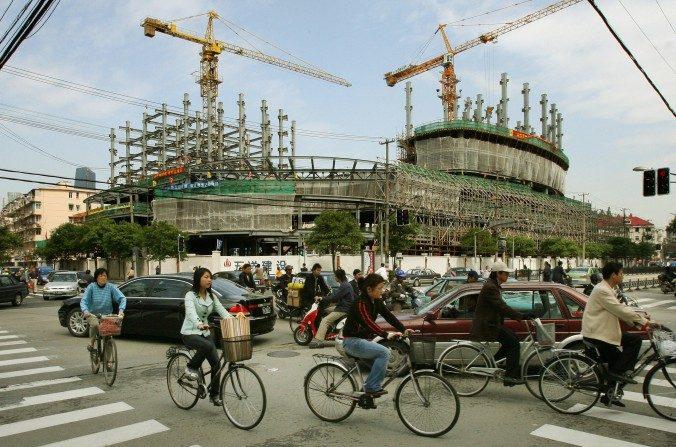 Tráfico que pasa cerca de una propiedad en construcción en Shanghai, en una foto de archivo. El sector de la construcción y de servicios chino sigue en espera del lanzamiento del impuesto sobre el valor agregado. (Marcos Ralston / AFP / Getty Images)