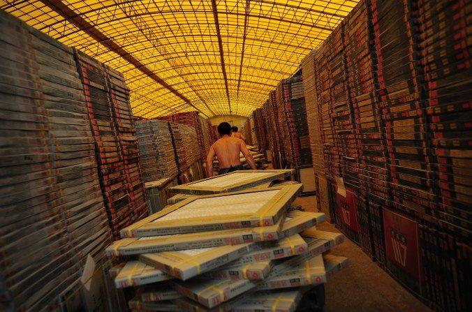 Un trabajador transportando baldosas en una fábrica de baldosas en Foshan perteneciente a la provincia de Guangdong el 26 de septiembre del 2008. Se han encontrado materiales de construcción chinos que son peligrosos. (China Photos / Getty Images).