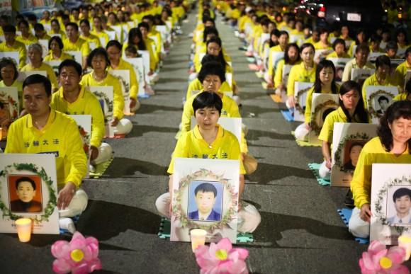 Practicantes de Falun Gong piden que el ex cabecilla chino Jiang Zemin sea procesado por sus crímenes, durante una vigilia con velas frente al consulado chino en Los Ángeles, 15 de octubre de 2015, en conmemoración por los practicantes asesinados durante los 16 años de persecución en China. (Benjamin Chasteen/La Gran Época)