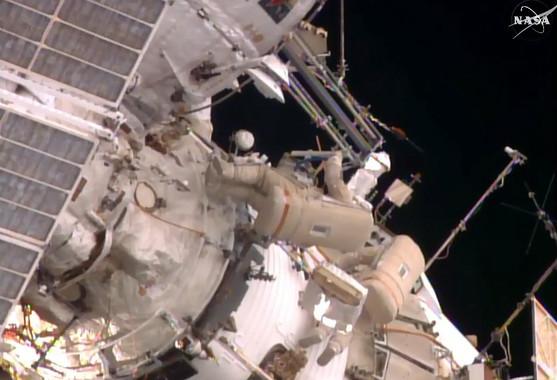 Fotograma del vídeo retransmitido por la NASA del paseo espacial de esta semana de Yuri Malenchenko y Sergey Volkov. Una de sus tareas fue retirar del exterior de la Estación Espacial Internacional la plataforma EXPOSE R2, con muestras de líquenes recogidos en Guadalajara. / NASA