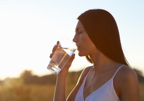 Incrementar el consumo de agua, de frutas y verduras, controlar el consumo de azúcar y sal y hacer ejercicio son algunos de los hábitos que debemos incorporar para favorecer la salud de los riñones (Foto: www.gettyimages.es)