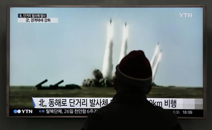 Hombre mira Imagen tomada de un video del canal norcoreano cuando Corea del Norte lanzó cuatro misiles desde un lugar no determinado. (Foto: Agencias)