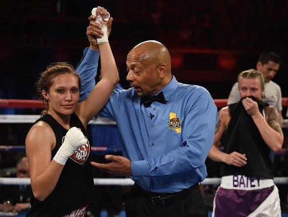 Seniesa Estrada de los Estados Unidos celebra tras vencer a Carly Batey de la US (R) durante la pelea de peso súper mosca sus seis redondos de las mujeres en la Arena del foro en Los Ángeles, California. Foto AFP / MARK RALSTON (crédito de foto debe leer MARK RALSTON/AFP/Getty Images)