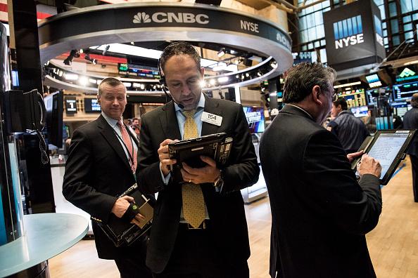 Operarios de la bolsa de valores de Nueva York. El mercado de Estados Unidos abrió como el mercado global publicado ganancias. (Foto por Andrew Renneisen/Getty Images)