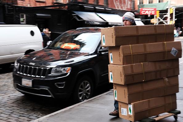 Un repartidor lleva cajas de Manhattan en 04 de marzo de 2016 en la ciudad de Nueva York. En otra señal que la economía estadounidense continúa mostrando un crecimiento, el Gobierno informó el viernes que los empleadores añadió 242.000 trabajadores en febrero. (Foto de Spencer Platt/Getty Images)Un repartidor lleva cajas de Manhattan en 04 de marzo de 2016 en la ciudad de Nueva York. En otra señal que la economía estadounidense continúa mostrando un crecimiento, el Gobierno informó el viernes que los empleadores añadió 242.000 trabajadores en febrero. (Foto de Spencer Platt/Getty Images)