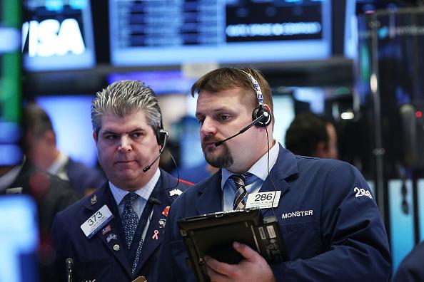 Operadores de la bolsa de Nueva York (NYSE) en 07 de marzo de 2016 en la ciudad de Nueva York. A raíz de una oleada de tres semanas en las existencias, el promedio industrial Dow Jones bajaba en el comercio de mañana. (Foto de Spencer Platt/Getty Images)