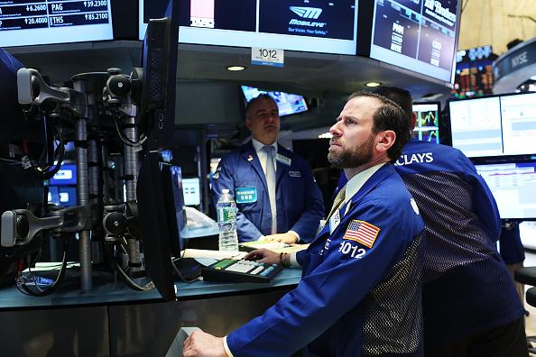Los funcionarios de la bolsa de Nueva York (NYSE) en 07 de marzo de 2016 en la ciudad de Nueva York. A raíz de una oleada de tres semanas en las existencias, el promedio industrial Dow Jones bajaba en el comercio de mañana. (Foto de Spencer Platt/Getty Images)