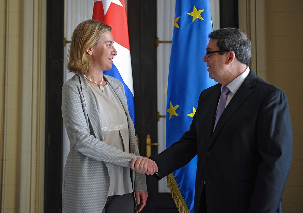 Federica Mogherini (Izq.), y el canciller de Cuba Bruno Rodriguez. (Foto: YAMIL LAGE/AFP/Getty Images)