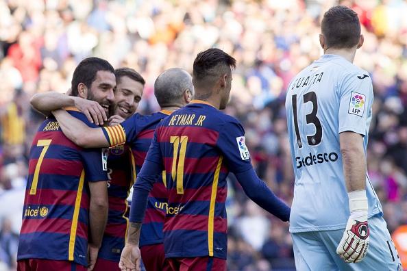Futbolistas del Barcelona celebran después de un gol en el fútbol de La Liga partido entre FC Barcelona y el Getafe en el estadio del Camp Nou en Barcelona, España el 12 de marzo de 2016. (Foto por Albert Llop/Agencia de Anadolu/Getty Images)