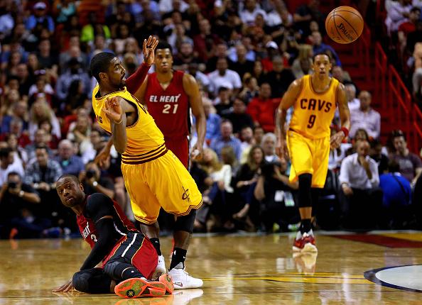 Dwyane Wade # 3 de los Miami Heat y Kyrie Irving #2 de los Cleveland Cavaliers luchan por un balón suelto durante un juego en el Arena American Airlines el 19 de marzo de 2016 en Miami, Florida. (Foto por Mike Ehrmann/Getty Images)