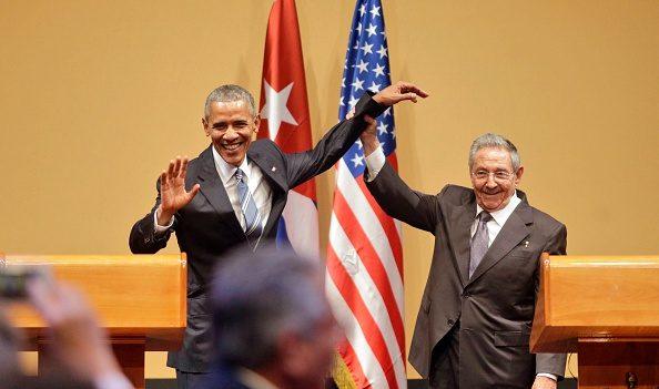 Raúl Castro (Der.) levanta el brazo del Presidente de Estados Unidos Barack Obama al final de una conferencia de prensa conjunta en el Consejo de Estado cubano, el 21 de marzo de 2016 en la Habana, Cuba. (Sven Creutzmann/Mambo foto/Getty Images)
