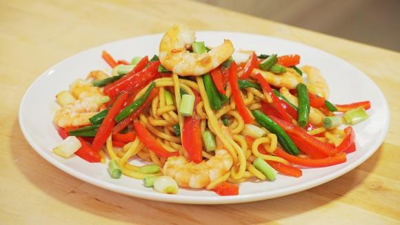 'Lo Mein' chino-americano con camarón salteado. (NTD)