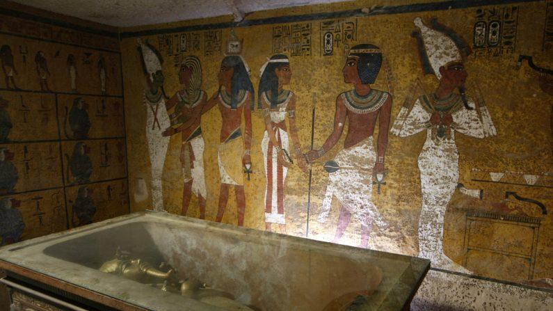 """El sarcófago del rey Tutankamón, conocido como el """"faraón niño"""". La momia fue colocada en una urna de cristal diseñada para proteger los restos del antiguo rey, en el Valle de los Reyes, cerca de Luxor, 500 kilómetros al sur de el Cairo, Egipto, 04 de noviembre de 2007. (CRIS BOURONCLE / AFP / GettyImages)"""