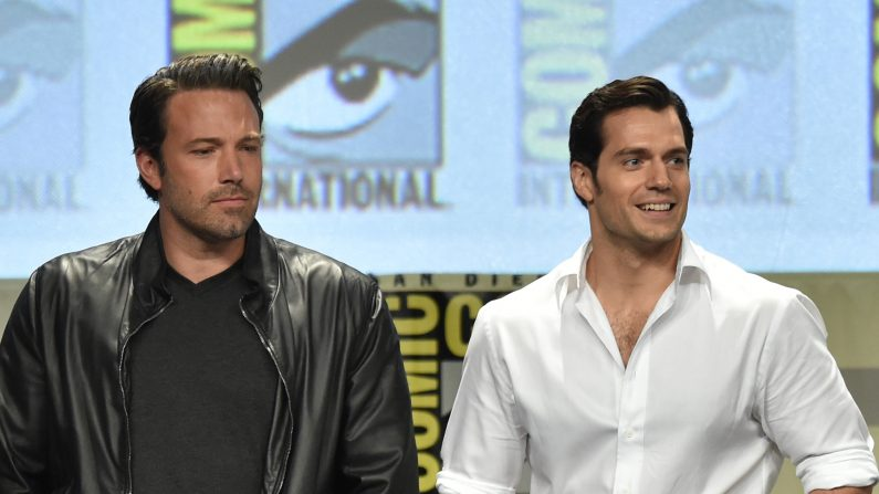 Los actores Ben Affleck (L) y Henry Cavill asisten al panel de Warner Bros. Pictures y presentación durante la Comic-Con International 2014 a San Diego Convention Center el 26 de julio de 2014 en San Diego, California. (Foto por Kevin Winter / Getty Images)