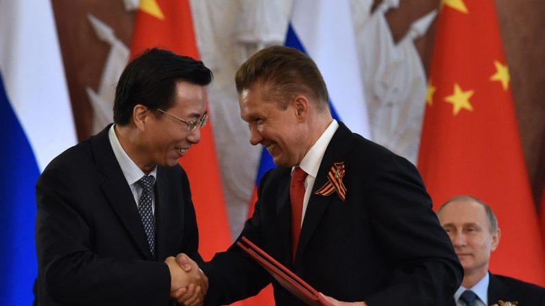 Wang Dongjin (izquierda), vicepresidente de la China National Petroleum Corporation (CNPC), y Alexei Miller, CEO del gigante de gas natural ruso Gazprom en una ceremonia bilateral en Moscú el 8 de mayo de 2015. (Foto: KIRILL KUDRYAVTSEV/AFP/Getty Images)