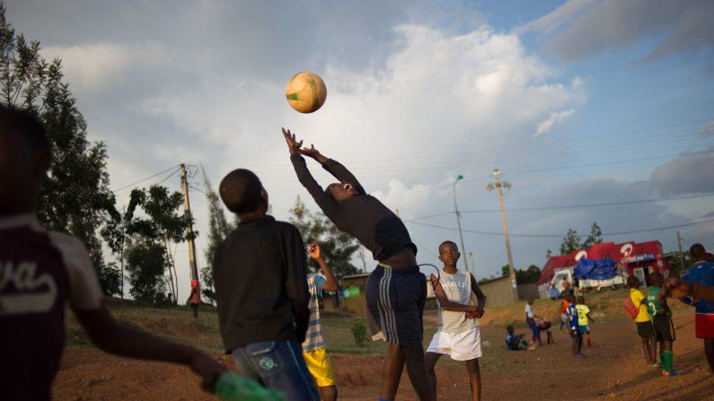 En primer término la práctica de un deporte favorece la salud física y mental, previniendo y disminuyendo la probabilidad de contraer enfermedades durante la adultez   (Photo: archivo, credit should read PHIL MOORE/AFP/Getty Images)