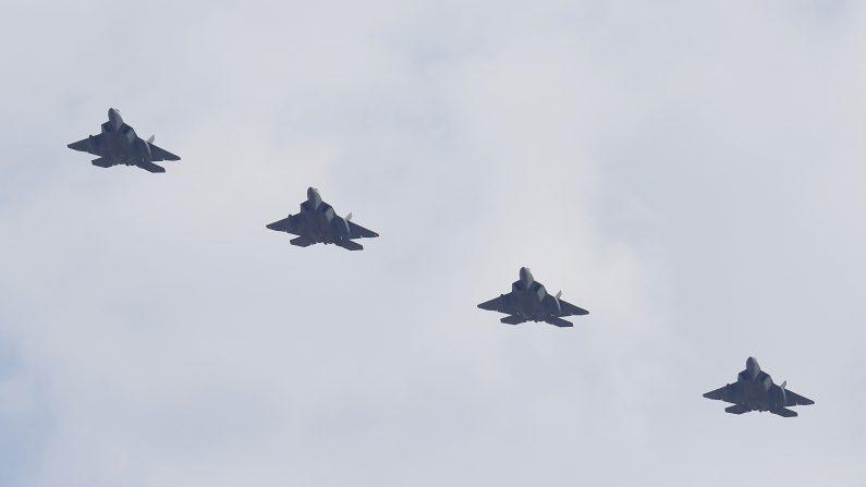 Archivo: cuatro EE.UU. F-22 cazas furtivos volar sobre la base aérea de Osan el 17 de febrero de 2016 Pyeongtaek, Corea del Sur. militar EE.UU. ha desplegado cuatro F-22 aviones de combate de sigilo a la península coreana como otra respuesta a las amenazas nucleares y de misiles de Corea del Norte (Foto por Jeon Heon-Kyun-Pool / Getty Images)