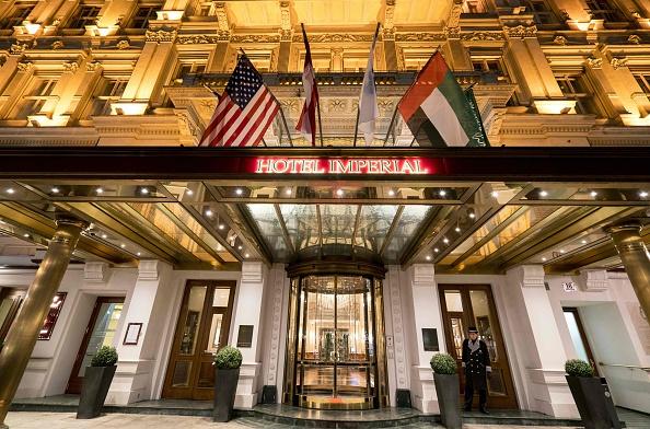 En la foto la entrada del Hotel Imperial en Viena, uno de la cadena de hoteles que desea ingresar a Cuba (crédito de foto debe leer JOE KLAMAR/AFP/Getty Images)