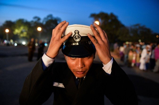 Un miembro de la banda de la Armada india ajusta su gorra en Nueva Delhi el 4 de marzo. Japón y Vietnam le están pidiendo a India para que ayude a contrarrestar la agresión China en el mar de China meridional. (Chandan Khanna / AFP / Getty Images)