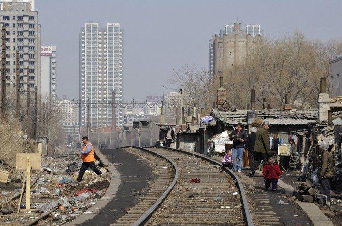 Un barrio de tugurios en Shenyang, provincia de Liaoning, los residentes se trasladarán a apartamentos de bajo costo proporcionados por el gobierno, foto del 11 de marzo de 2009. Apartamentos de gran altura se ven en la distancia. (China Photos / Getty Images)